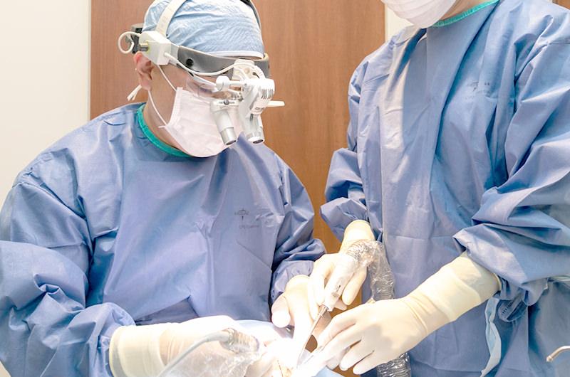 外科手術を専門とする医師が担当